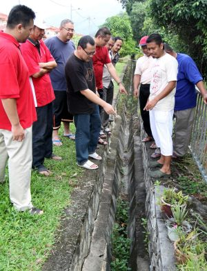 Cracking up with fear over unstable slope - Malaysia Premier