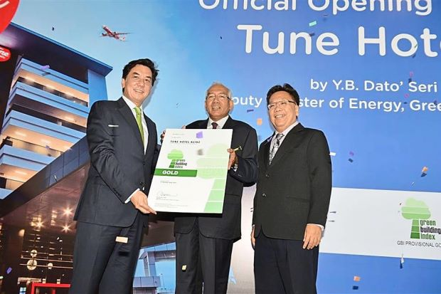 Good job: Lankester (left) receiving the Green Building Index (GBI) Rating Certificate from Mahdzir (centre) witnessed by GBI chairman Von Kok Leong.
